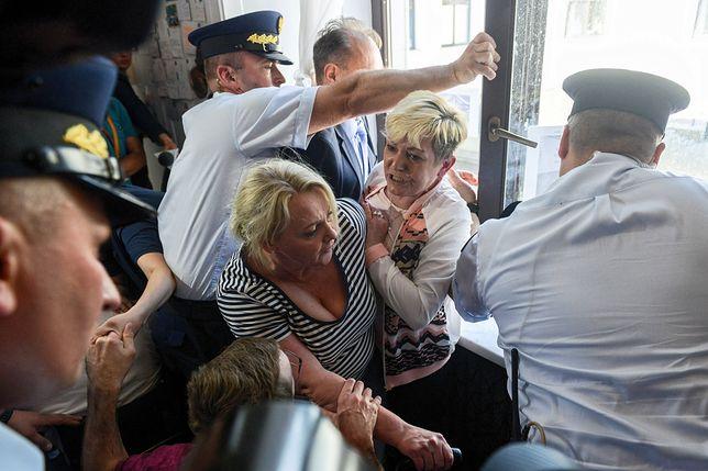 Przepychanki w Sejmie między protestującymi rodzicami osób niepełnosprawnych a Strażą Marszałkowską