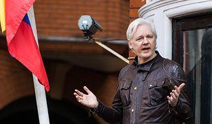 Julian Assange rozmawia z dziennikarzami z balkonu ambasady Ekwadoru w Londynie