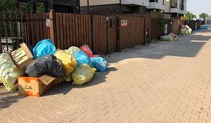 Tak od ponad 2 tygodni wyglądają ulice na warszawskim Wawrze. Firma odbierająca odpady nie wywiązuje się ze swoich zadań