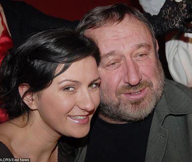 Córka Tadeusza Drozdy, Joanna Drozda znowu pozuje nago. Na piersiach wulgarny napis.