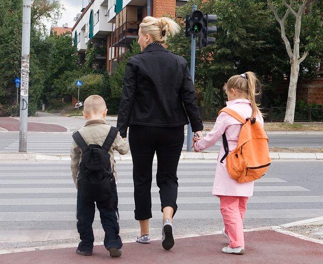 Matka odprowadza dzieci do szkoły