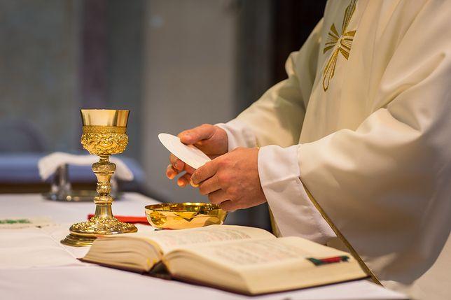 """Ile księża biorą za """"darmową"""" mszę intencyjna. Youtuber postanowił to sprawdzić"""