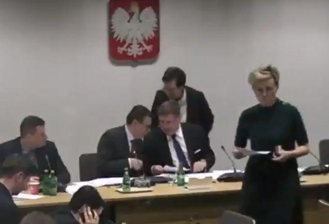 Posłanka Anna Milczanowska (w środku) w czasie posiedzenia komisji sprawiedliwości
