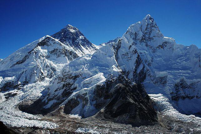 Temperatura idzie do góry, a Everest przypomina o ofiarach