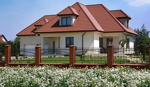 Ogrodzenie domu - pełne czy ażurowe? Jakie ogrodzenie pasuje do twojego domu?