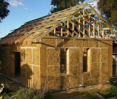 Wbrew pozorom dom słomiany jest mniej łatwopalny niż ten zbudowany z drewna.