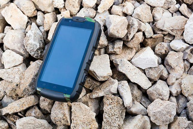 Wzmocniona obudowa sprawi, że smartfon przetrwa nawet upadek na twarde podłoże