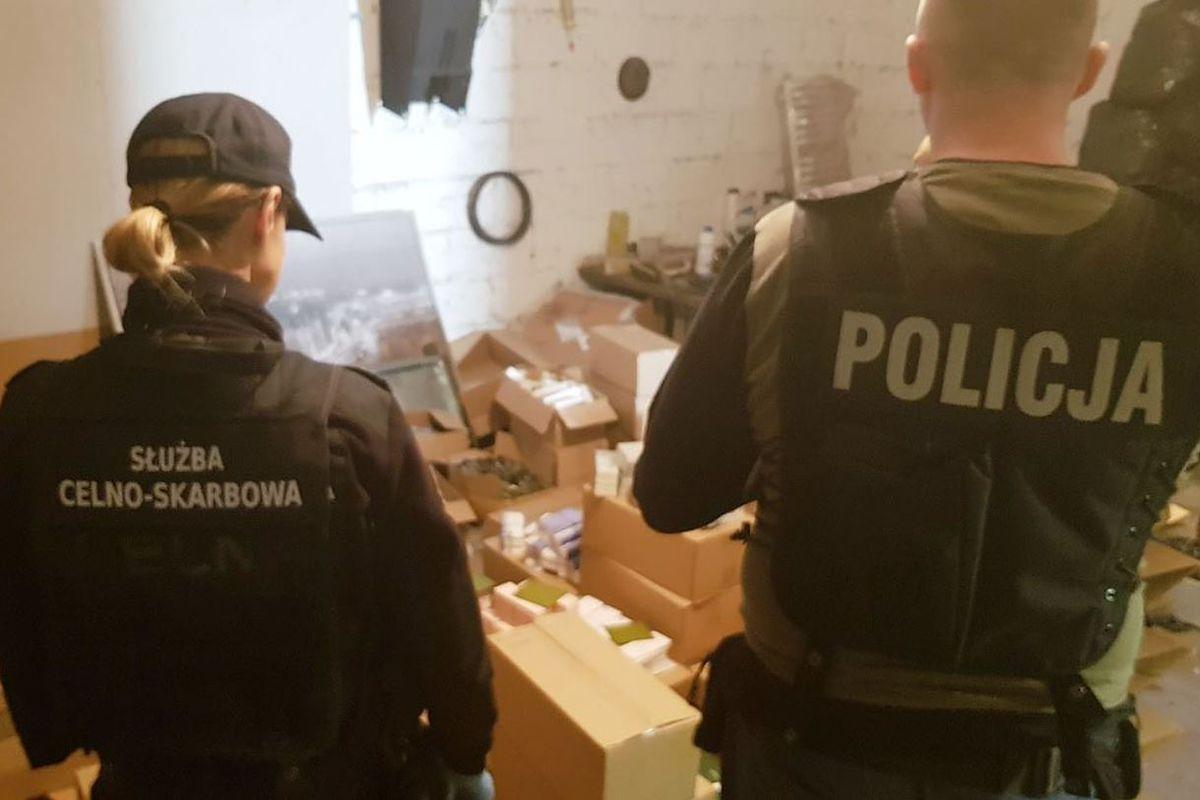 """Mazowieckie: policja przechwyciła prawie 50 tys. szt. """"podróbek"""" m.in. perfum i odzieży o wartości niemal 7 mln. zł"""