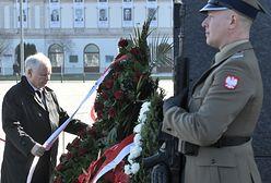 Warszawa. Chciał rozwiesić transparent podczas składania kwiatów
