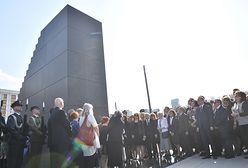 Rocznica katastrofy smoleńskiej. Rodziny ofiar odsłoniły pomnik na pl. Piłsudskiego