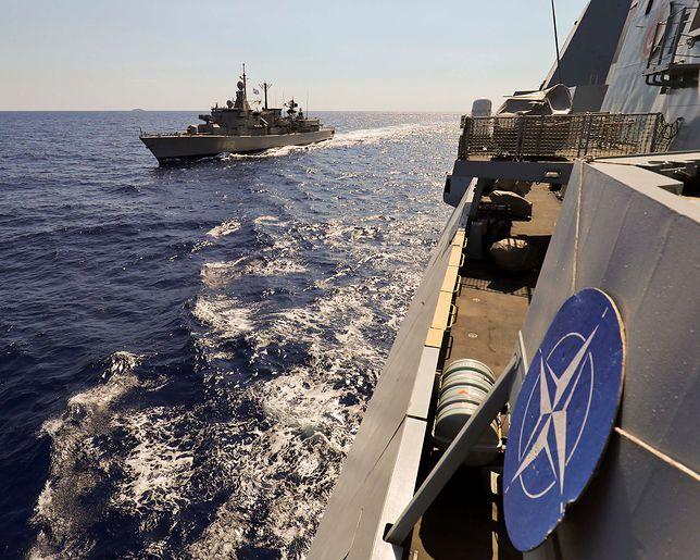 Marynarze uczestniczący w manewrach Northern Coasts 2017 uczcili pamięć zmarłego Polaka minutą ciszy.
