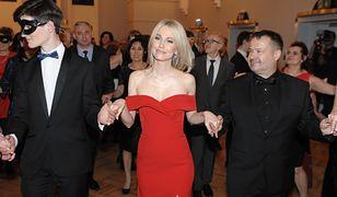 Magdalena Ogórek kusi nogą na balu dziennikarzy