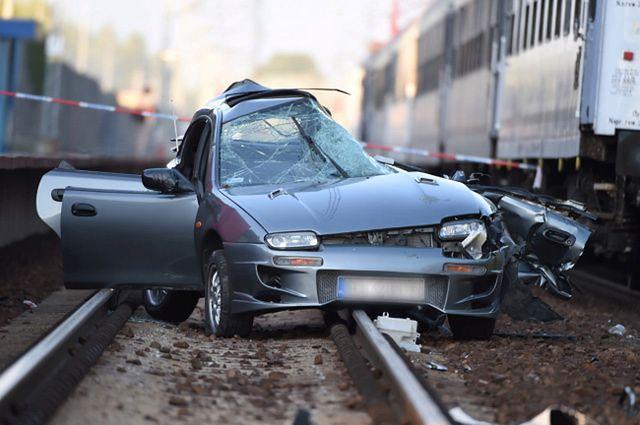 Auto wjechało pod nadjeżdżający pociąg - zdjęcia