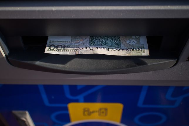 Uważaj przy wypłacie pieniędzy z bankomatów