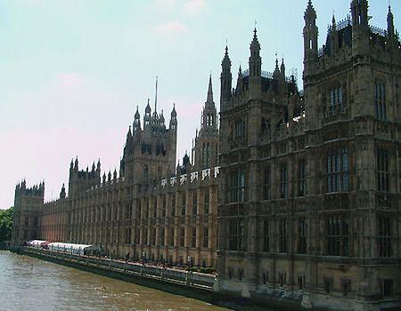 Aresztowano mężczyznę, który spędził noc na dachu parlamentu w Londynie