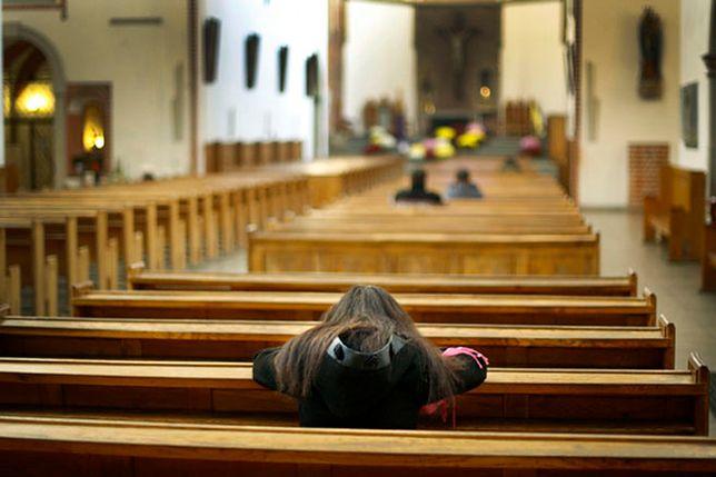 Elektroniczna kropielnica na testach w kościele
