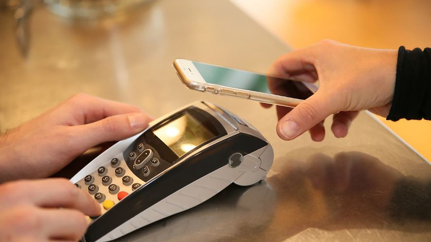 Użytkownicy IKO mogą już płacić zbliżeniowo smartfonami z NFC