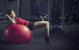 Ćwiczenia na płaski brzuch – zasady, błędy, plan treningowy