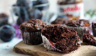 Czekoladowe muffinki ze śliwkami. Idealny dodatek do kawy