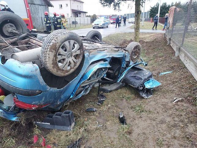 Małopolskie. Prowadząca samochód została zakleszczona we wraku