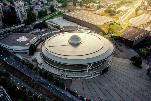 Charakterystyczny kompleks zawiera lodowisko, basen, salę gimnastyczną oraz hotel.