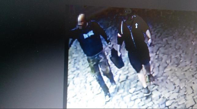 Kadr z nagrania monitoringu, na którym uwieczniono oskarżonych o atak na dom Michała Tuska