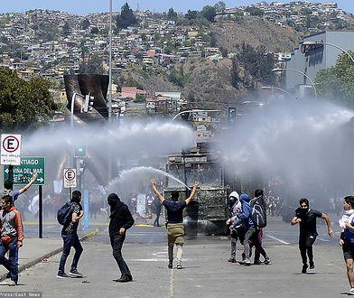 Chile, Valparaiso. Policja rozpędza manifestujących przy użyciu armatek wodnych, 25 października br.