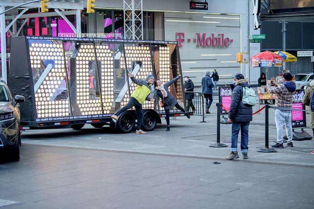 """Ludzie pozują przy napisie """"2021"""", które w noc sylwestrową stanie na szczycie jednego z budynków na Times Square"""