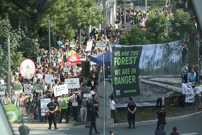 Obrońcy Puszczy i zwolennicy Szyszki stanęli naprzeciw siebie. Protesty w Krakowie