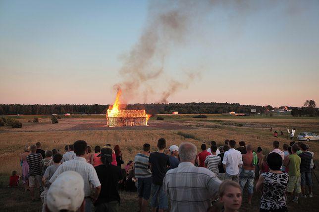 Inscenizacja podpalenia stodoły z ofiarami mordu w Jedwabnem. Nowy film fabularny ma zdjąć z Polaków odpowiedzialność za udział w zbrodni.