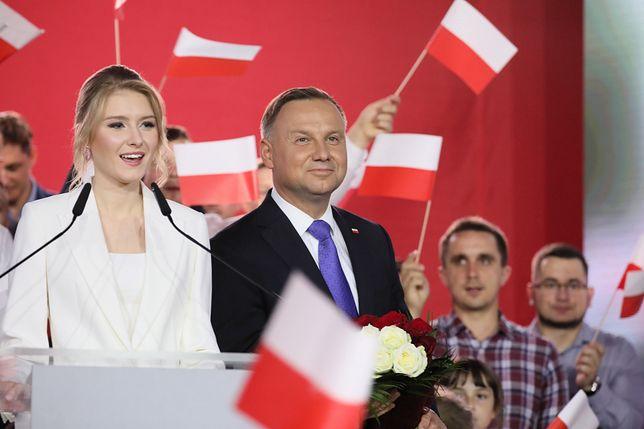 Pułtusk. Wieczór wyboczy Andrzeja Dudy po II turze wyborów prezydenckich 2020. Jak wynika z exit poll Andrzej Duda zdobył 50,4 proc. głosów, a Rafał Trzaskowski - 49, 6 proc.