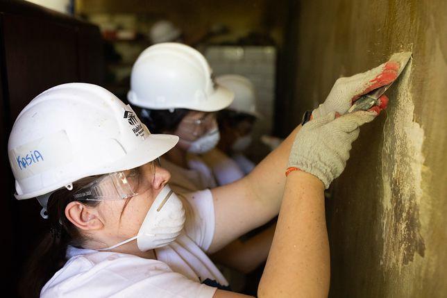 Zainteresowanie wolontariatem pracowniczym w Procter & Gamble z roku na rok stale rośnie. Podczas prac remontowych w mieszkaniu przy ulicy Wołomińskiej, wolontariusze m.in. rozbierali stary piec kaflowy. Fot. Procter & Gamble
