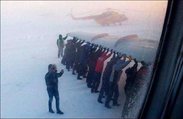 Pasażerowie musieli popchnąć samolot!