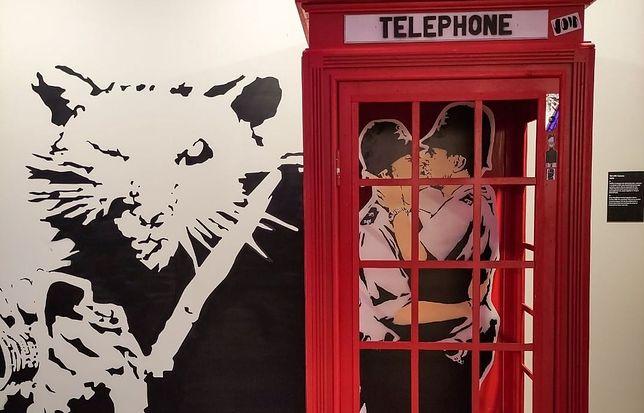 """Fragment wystawy """"The Art of Banksy. Without Limits"""" w Centrum Praskim Koneser w Warszawie"""
