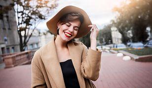 Beżowy lub jasnobrązowy płaszcz dobrze komponuje się z czarnymi ubraniami