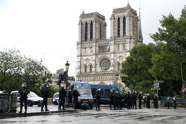 Strzały i panika przed katedrą Notre Dame. Policjant postrzelił napastnika