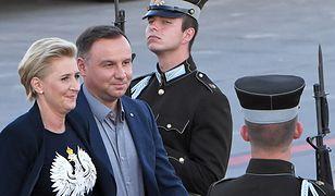 Biały orzeł na czarnym polu - taką koszulkę Agata Kornhauser-Duda nosiła podczas oficjalnej wizyty na Łotwie. W myśl zasad MSWiA to najwyraźniej prawidłowy wzór godła.