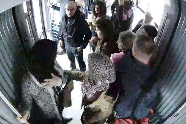 Ataki na muzułmankę w Łodzi. Mężczyzna próbował ją wypchnąć z tramwaju i kopnął