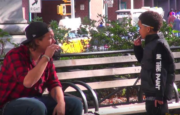 10-latek z papierosem w ręku poprosił dorosłych o ogień. Zobaczcie ich reakcje [WIDEO]