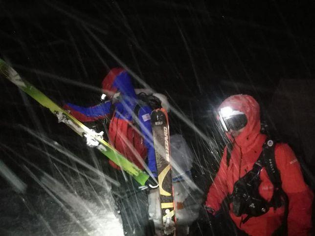 Akcja ratunkowa w górach. Poszukiwani wykopali jamę śnieżną. Palili kask i gogle