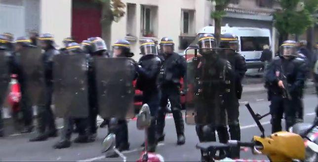 Policjanci na ulicach Paryża, przewidują że agresja tłumu będzie eskalować.