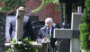 Prezes często chodzi na grób matki.