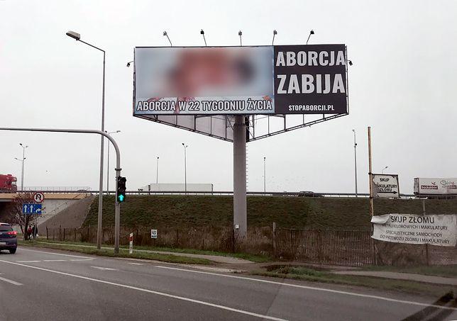 Mimo że ten plakat widzą dziennie dziesiątki tysięcy ludzi, my postanowiliśmy nie epatować makabrycznym zdjęciem i zasłoniliśmy jego kontrowersyjną część