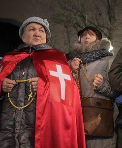 """Różaniec pod Teatrem Powszechnym. """"Stop bluźnierstwom"""""""