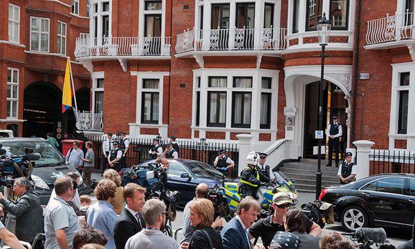 Tłumy przed ambasadą Ekwadoru w Londynie