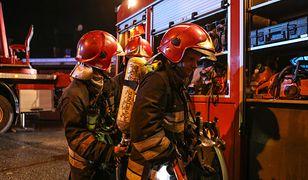 Strażacy polewali ciekłe szkło wodą, aby zastygło i zablokowało pęknięcie zbiornika