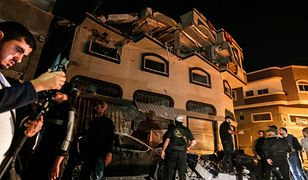 Izrael zabił precyzyjnym atakiem rakietowym jednego z liderów organizacji Islamski Dżihad. Palestyńczycy oglądają zniszczony budynek w Strefie Gazy.