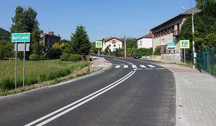 Beskidy. Stara droga do Szczyrku zyskała nową nawierzchnię.