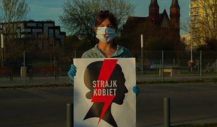 Ogólnopolski Strajk Kobiet podpowiada, jak w czasach koronawirusa legalnie i bezpiecznie protestować przeciwko zaostrzeniu ustawy antyaborcyjnej.
