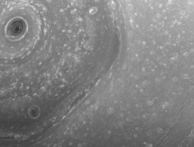 Gigantyczna polarna burza w kształcie sześciokąta na powierzchni Saturna